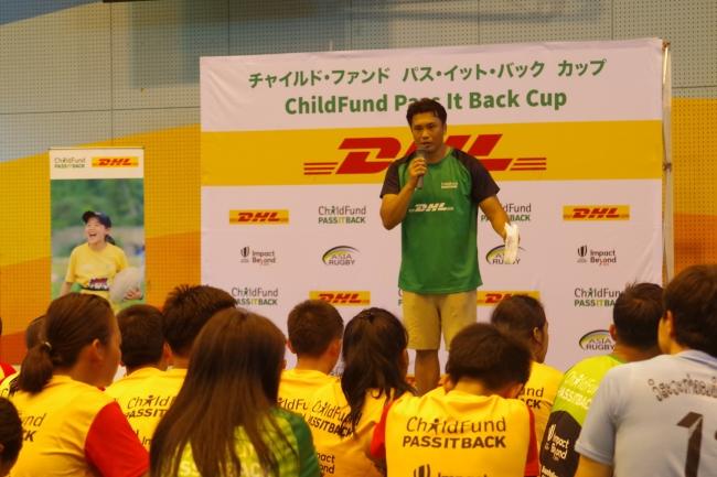 閉会式で子どもたちに労いの言葉をかける、DHLアンバサダーで、元ラグビー日本代表の大西将太郎氏。