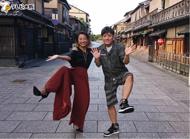 普段は観光客でにぎわう京都祇園の花見小路通も早朝ならばこのとおり。少し贅沢な朝の京都散策。 左から)三船美佳、ヤナギブソン(ザ・プラン9)