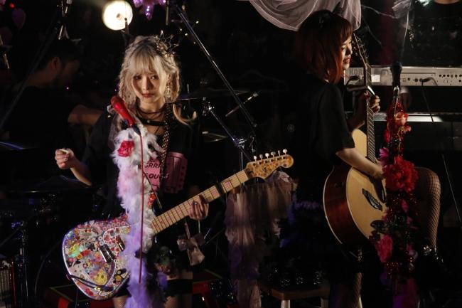 〔アンコールでの北出菜奈(左)&ハナエ(右)のステージ写真 写真:菊池茂夫〕