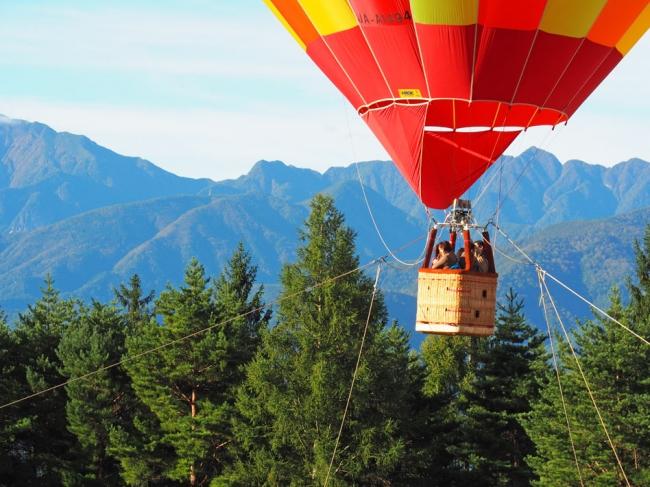 南アルプスの山々を望む熱気球体験