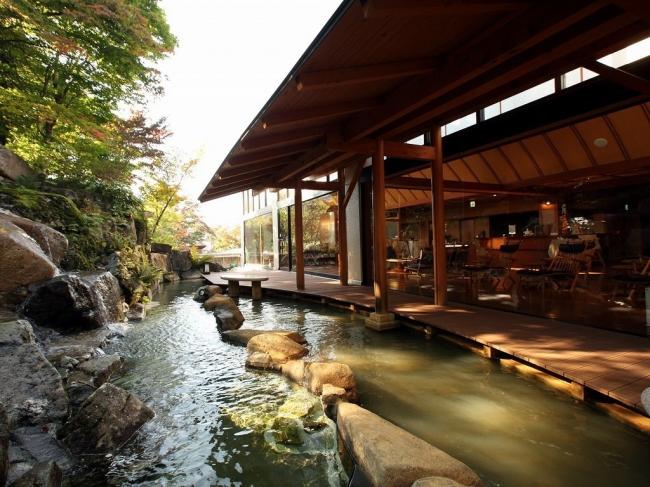 【1位:伊香保温泉 ホテル木暮】庭園に面した足湯スペースとラウンジ