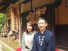 甘酒茶屋13代目山本聡さん(右)と姉で 外国人を流暢な英語で接客する奥川琴代さん
