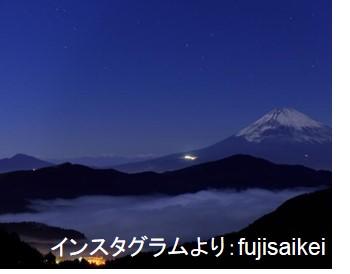 大観山の頂上から撮影。富士山の手前に芦ノ湖と雲海が見え、幻想的な姿を見せています。