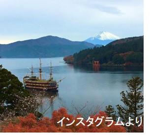 芦ノ湖のほとりの小高い丘の上に建つ成川美術館。館内の大きな窓からは芦ノ湖の鳥居、富士山が一枚の絵のように眺められます。