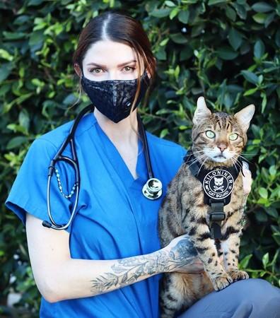 Kiloninerギアを着用した愛猫とのコーディネート。Grey着用