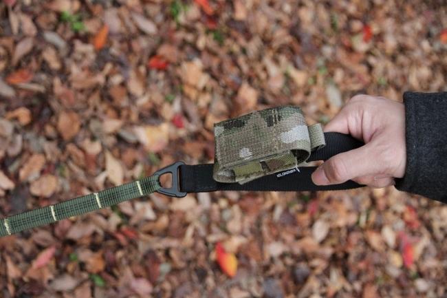 M1 Modular Leash 4FT longにPoop Bag Dispenser Pouchを装着