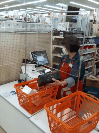 【レジでの飛沫防止対策のアクリル板】