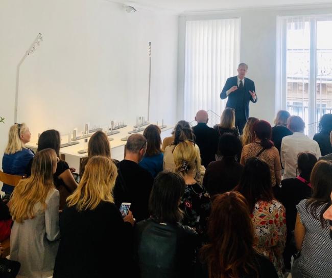 ブライアン・ケラー博士によるフランスでのプレス向けプレゼンテーションの様子