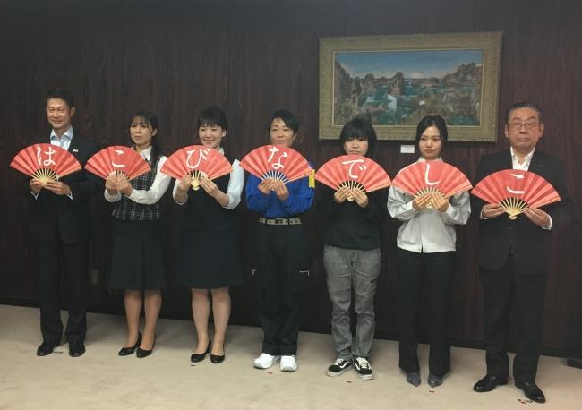 (左端)湯?英彦広島県知事、(右端)小丸成洋広島県トラック協会会長、運輸業界で働く女性職員のみなさん