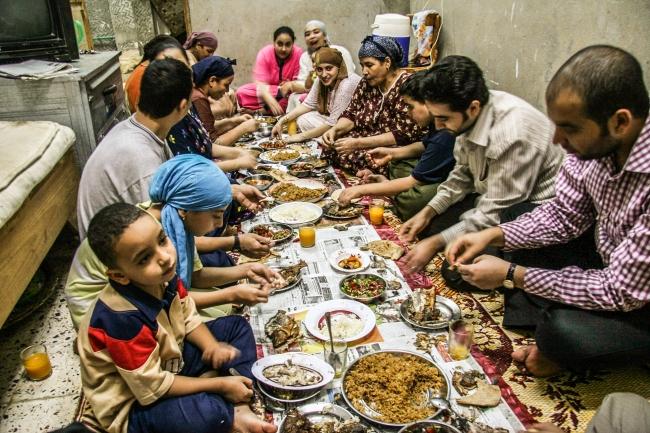 ラマダン中の家庭での食事風景