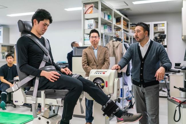 スポーツ健康科学部で行われた体力測定の様子。膝の筋力を測定する佐々木朗希選手