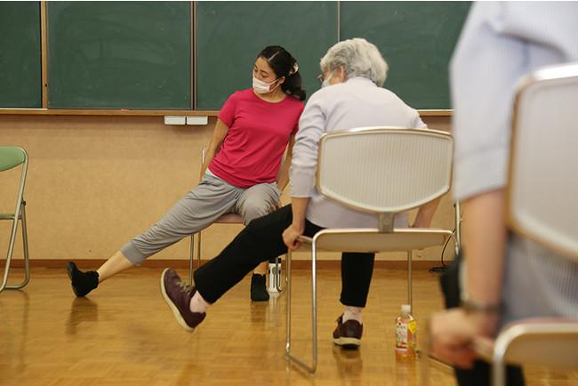 座った状態で足を伸ばし可動範囲を広げていく。