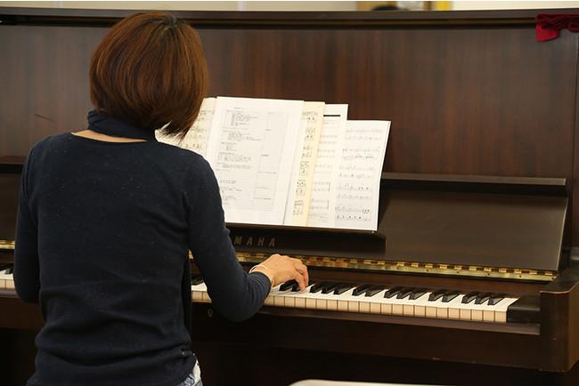 参加者はピアノの演奏に合わせて体を動かす。