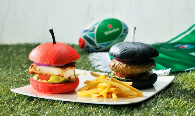 「RED SPICY CHICKEN BURGER」と「BLACK & BLACK BURGER」