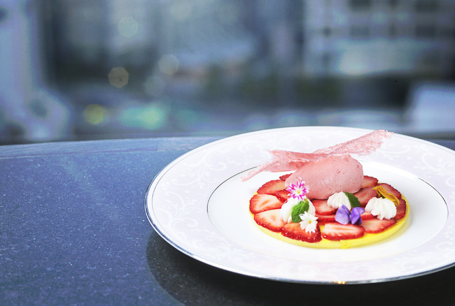 グランデザート「苺とバニラのパレ 苺アイスにチュイルを添えて」