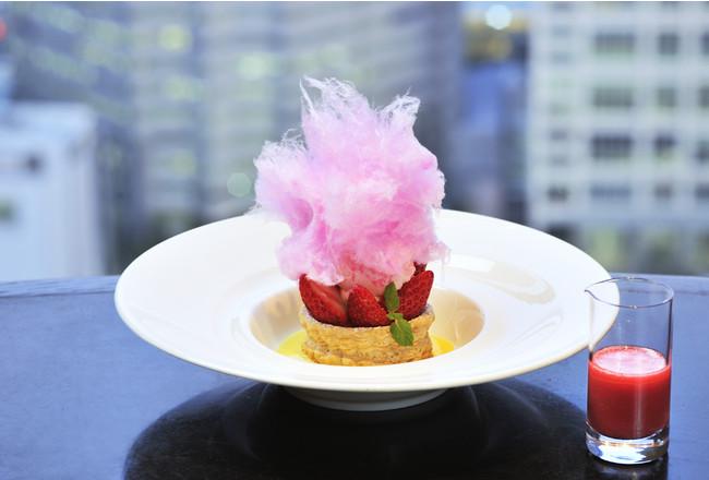 グランデザート「飴をまとった苺のブーシュ 温かい苺のソースとともに」