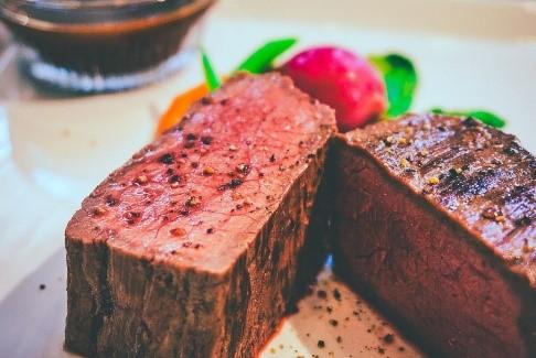 ランキング8位は、58度で2時間40分/絶品!贅沢な牛もも肉の厚切りステーキ