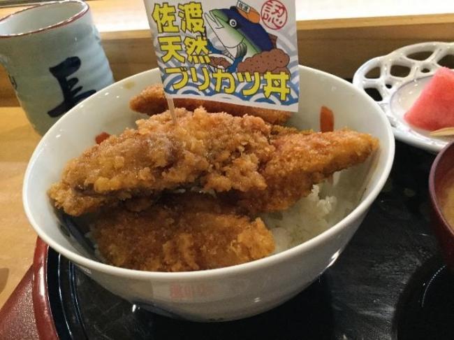 島外不出のグルメ「ブリカツ丼」定食(1250円、  長三郎鮨・新穂)長三郎は鮨、  ラーメンも美味しい地元の人気店だ