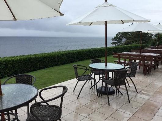 広大な真野湾を見下ろす絶景カフェ「しまふうみ」