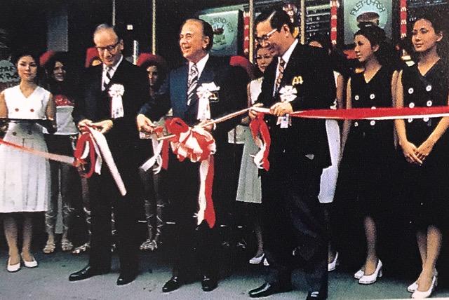 1971年7月20日、  日本マクドナルド銀座1号店がオープンした。  写真中央はマクドナルド創業者のレイ・クロック氏。  その右が日本マクドナルド創業者・藤田田(ふじたでん)さん。