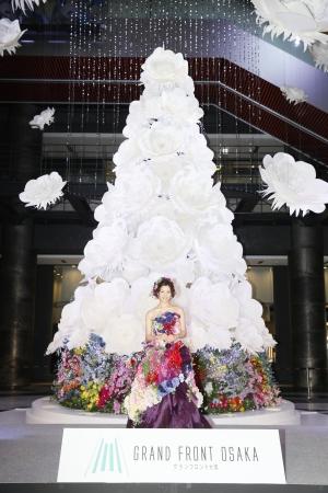 特別ゲスト 足立梨花さん   約50種類の色とりどりの花で創られた艶やかなフラワードレス(約10kg)に身を包んで登場
