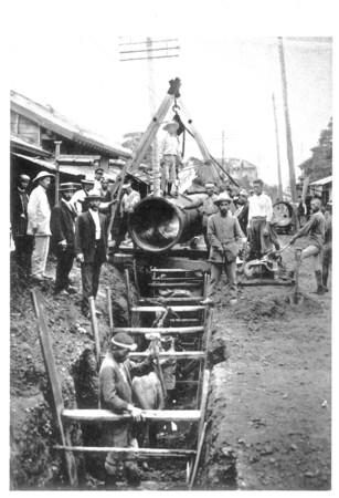 ガス工事風景「25周年写真帖」1910年(明治43)より