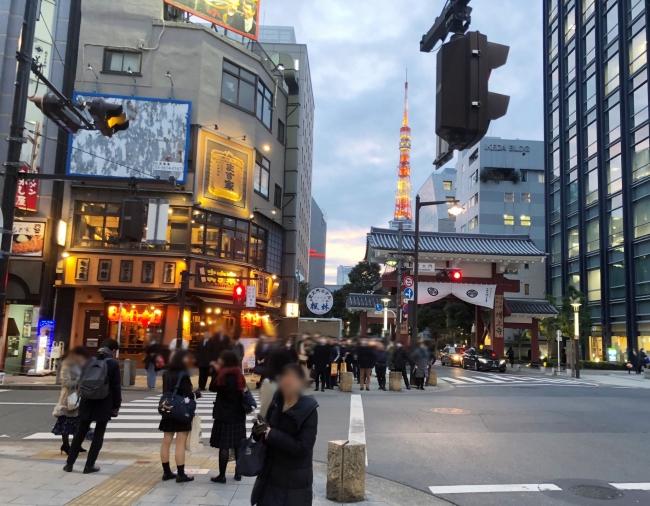 店舗の前には増上寺の赤門。東京タワーも近い
