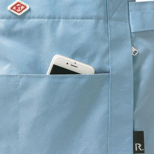 手前のポケットにはスマホ、ファスナー付きのルーポケットにはICカードなどを。