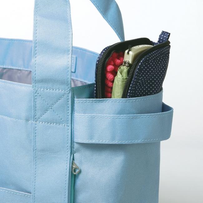 折りたたみ傘がサッと取り出せる、縦型ポケットが2つ。