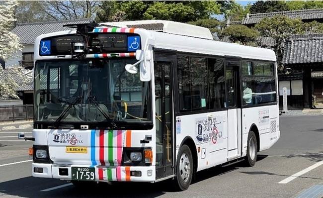 新規運行の大型自動運転バス。旧渋沢邸・中の家前にて