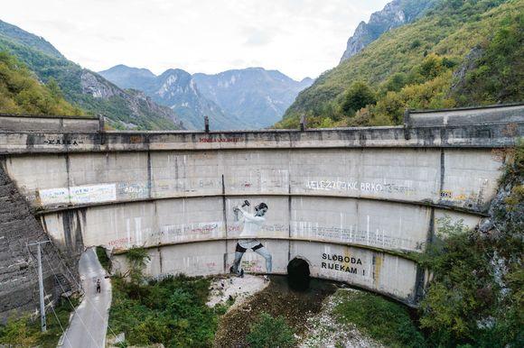 ボスニアの河川の解放を表す力強いシンボルとなっているイドバル・ダムのインスタレーション。Photo_Andrew Burr