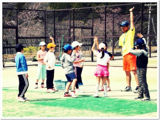 遊びからスポーツへ 心と身体を育成するITCテニススクールのジュニアプログラム