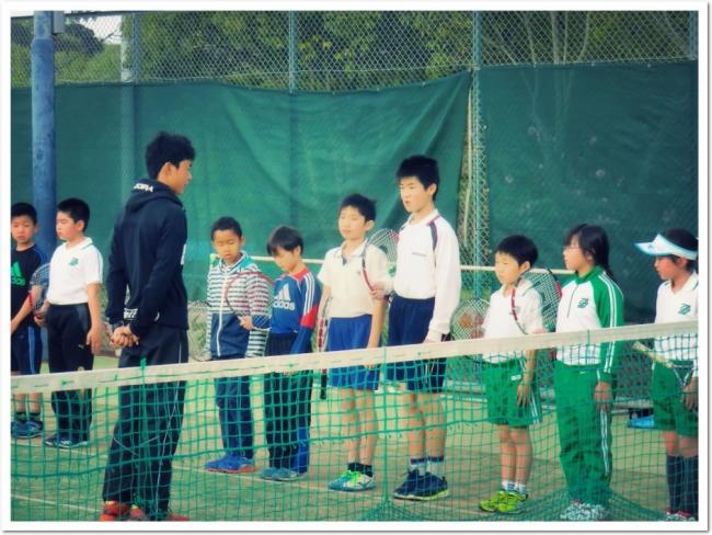 私たちはテニススクールを、子どもたちにとってのミニ社会体験の場としてとらえ、指導育成を行います。