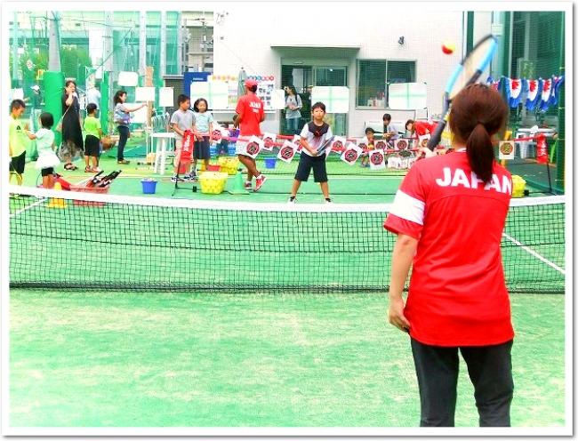 ミニコートで初めてテニス体験。