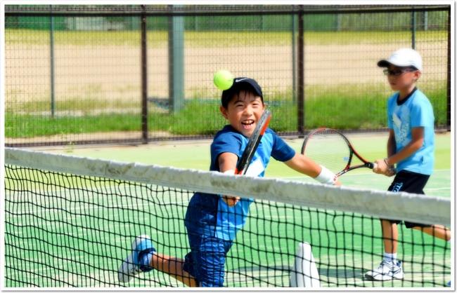 風通しの良い広々としたテニスコートで、元気に体を動かそう!