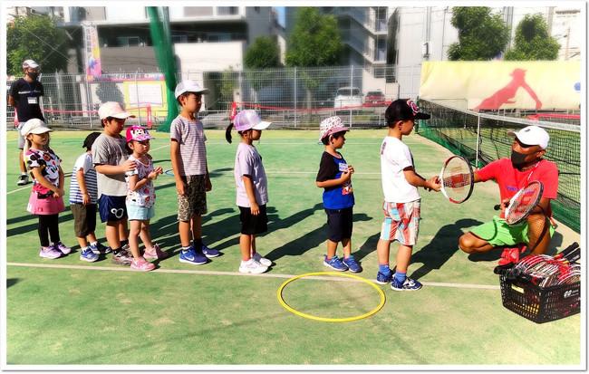 はじめてのテニスラケット!コーチといっしょに安全ルールを確認。