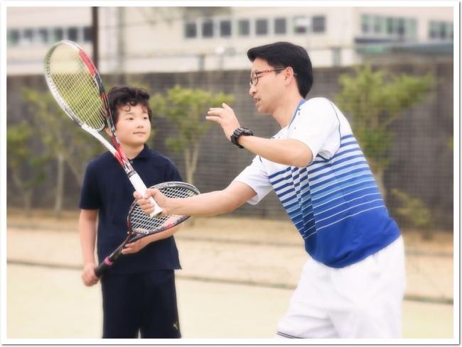 真砂コーチといっしょに話題のソフトテニスの楽しさにふれてみよう。