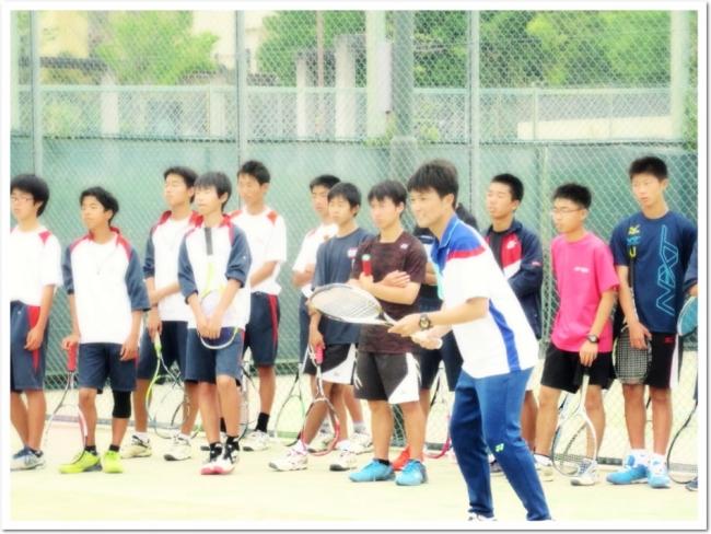鹿島選手の鮮やかな実演。その一挙手一投足に真剣なまなざしを向ける中学生たち