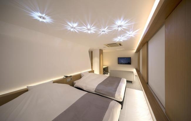 312号室。テーマは[流れ星]。スワロフスキーの照明が天井に散らばる。