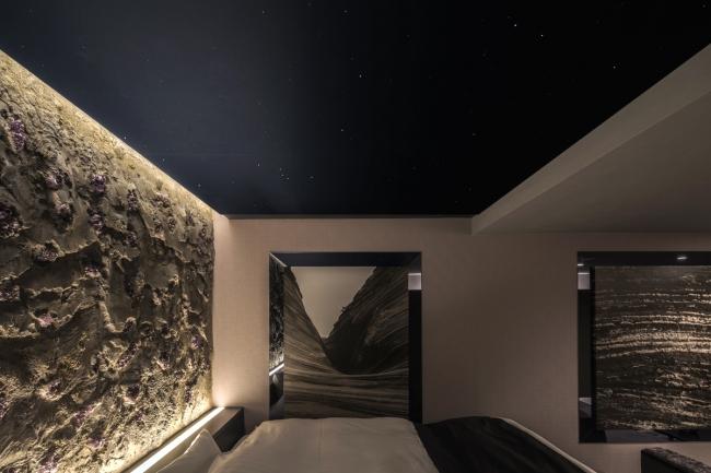 612号室のコンセプトは「Peace of the Earth」。壁一面のアメジストと天井の照明が、『隕石』をイメージさせる。