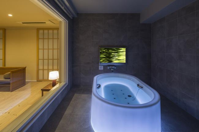 812号室には、浴槽そのものが七色に光る『HOTARU』を設置。
