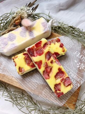 1.たっぷり苺のスティックチーズケーキ