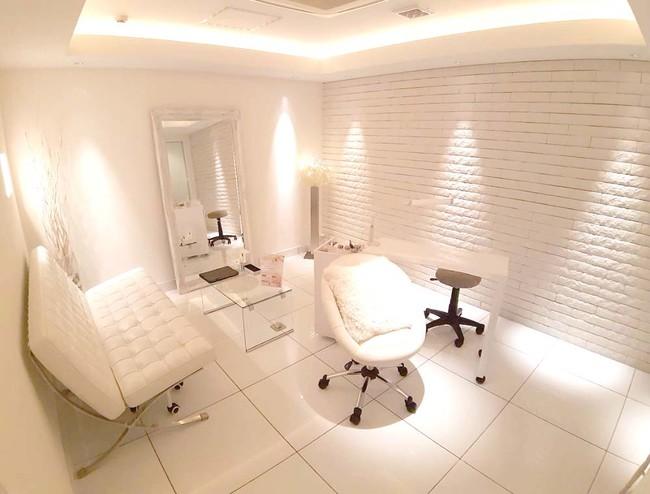 サロンは完全個室型。ゆったりとラグジュアリーな空間で施術を受けていただけます。