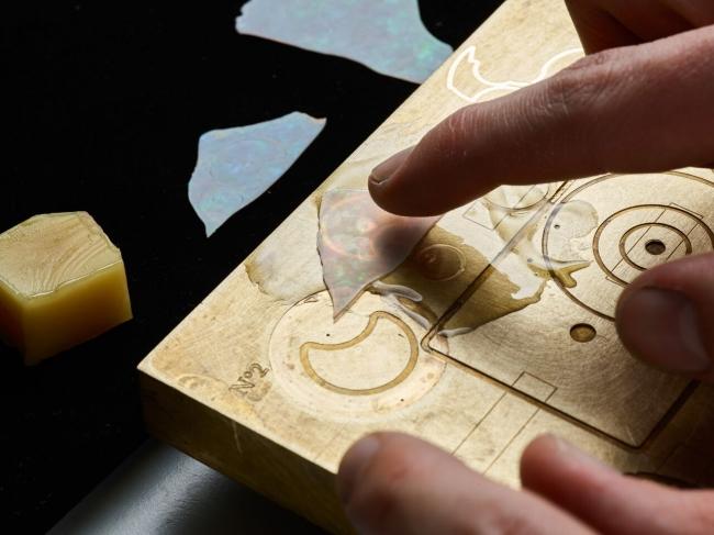 熱した板の上に樹脂により固定する工程