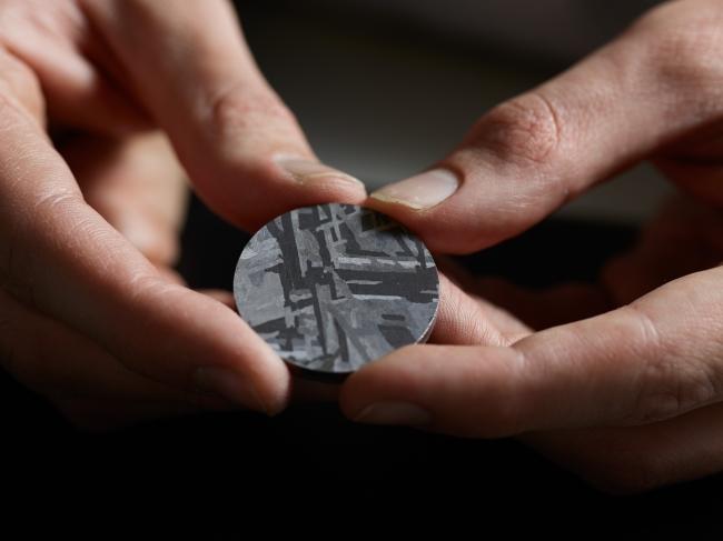 文字盤に使われる隕石(メテオライト)
