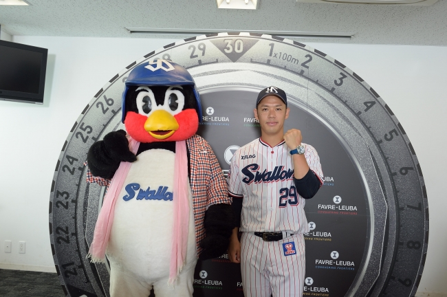 2019年6月18日、神宮球場にて記者会見。つば九郎のコーディネートはスタイリスト、中西ナオ氏によるもの。