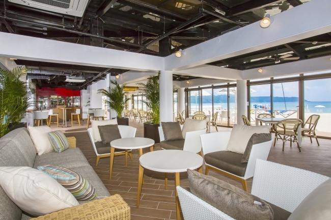 開放感あふれるビーチカフェ オアシス店内