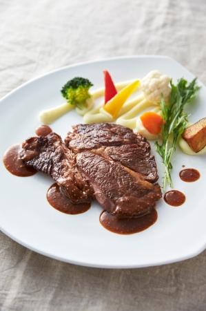 メインチョイス「粒マスタードが肉の旨味を引き立てる牛ステーキ」