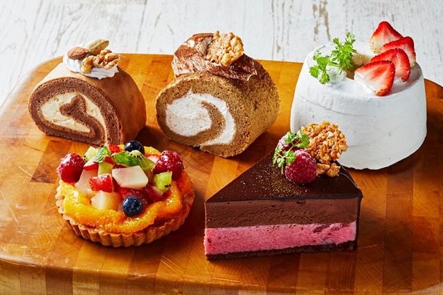 11月のおすすめケーキ 左後ろから、  ティラミスのロールケーキ、  チョコレートロールケーキ、  いちごのシフォンケーキ、  左前から季節のフルーツタルト、  チョコとラズベリーのムース