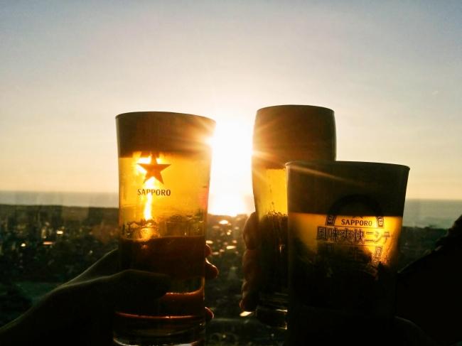 日本海に沈む夕日とビール